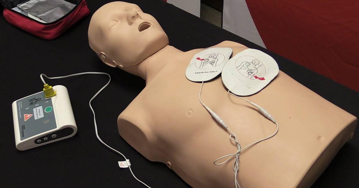 Instruire pentru utilizarea unui defibrilator extern automat efectuată pe un manechin
