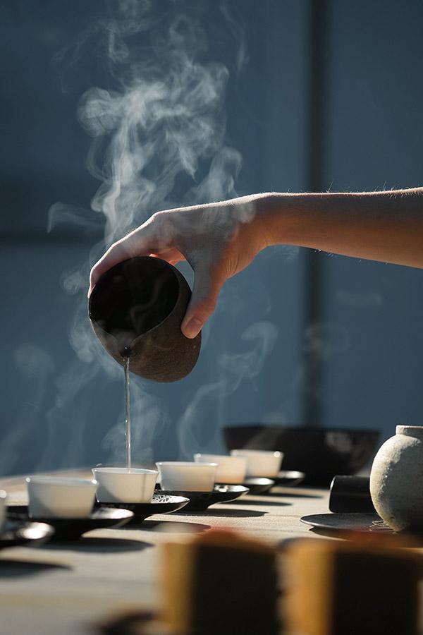 Ceai turnat în cești, abur