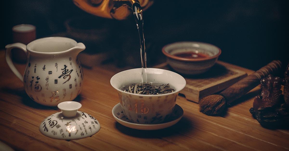 Ceai turnat în cană, model indian