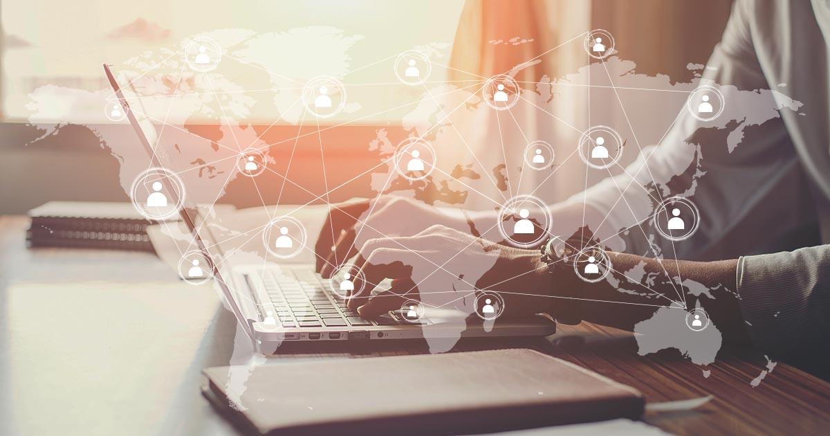 Oameni conectați virtual în timpul pandemiei