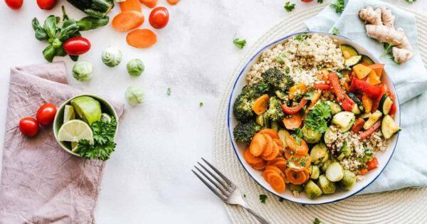 farfurie cu legume asezata pe masa langa o furculita