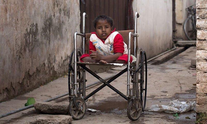 copil paralizat poliomielita